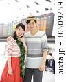 旅行に行く若いカップル 30509259