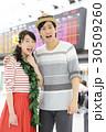 旅行に行く若いカップル 30509260