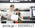 旅行に行く若いカップル 30509317