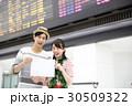 旅行に行く若いカップル 30509322