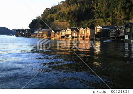 12月 夜明けの伊根舟屋 -漁村の伝統的家並み- 30521332