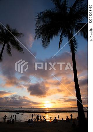 ハワイのビーチの夕焼け 30536349