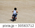 広い場所で自転車の練習 30563712
