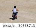 広い場所で自転車の練習 30563713