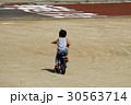広い場所で自転車の練習 30563714
