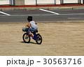 広い場所で自転車の練習 30563716