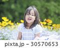 子供 女の子 花畑の写真 30570653