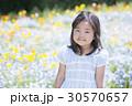 子供 女の子 花畑の写真 30570657