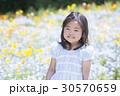 子供 女の子 花畑の写真 30570659