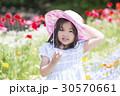 子供 女の子 花畑の写真 30570661