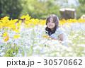 子供 女の子 花畑の写真 30570662