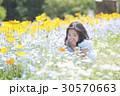 子供 女の子 花畑の写真 30570663
