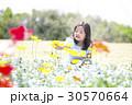 子供 女の子 花畑の写真 30570664