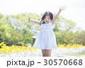 子供 女の子 花畑の写真 30570668