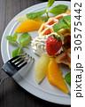 ベルギーワッフルのフルーツ添え 30575442