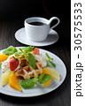 ベルギーワッフルのフルーツ添え 30575533