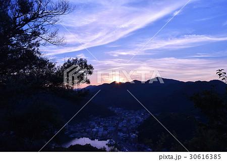 みなとの見える丘公園の夕日と町(岡山県備前市日生町) 30616385