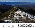 冬の金峰山稜線を行く登山者と南アルプス・中央アルプスの眺め 30622621