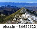 冬の金峰山稜線を行く登山者と南アルプス・中央アルプスの眺め 30622622