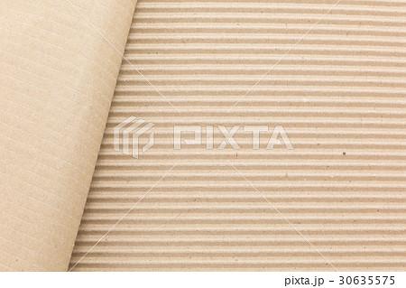 ダンボール紙の表面をはがす 30635575