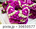 タイ、バンコク花市場で撮影した千日紅(センニチコウ)の花数珠 30650577