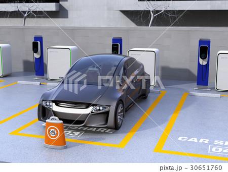 カーシェア専用駐車場に充電している無人運転電気自動車。カーシェアリングのコンセプト 30651760