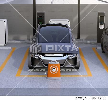 カーシェア専用駐車場に駐車している無人運転電気自動車。カーシェアリングのコンセプト 30651766