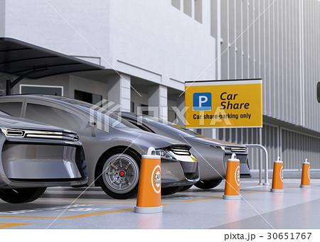 カーシェア専用駐車場に駐車している無人運転電気自動車。カーシェアリングのコンセプト 30651767