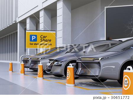 カーシェア専用駐車場に駐車している無人運転電気自動車。カーシェアリングのコンセプト 30651772