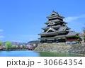 松本城 サクラと新緑 30664354