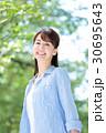 新緑 若い女性 30695643
