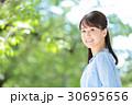 新緑 若い女性 30695656