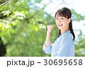 新緑 若い女性 30695658