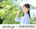 新緑 若い女性 30695660
