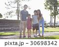 屋外 親 両親の写真 30698342