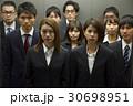 エレベーターに乗るビジネスマンたち 30698951