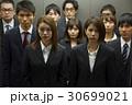 エレベーターに乗るビジネスマンたち 30699021