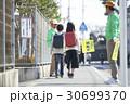 小学生 通学路 緑のおじさんの写真 30699370