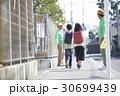 シニア 小学生 通学路の写真 30699439