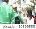 シニア 小学生 ボランティアの写真 30699555