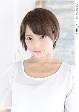 若い女性 ヘアスタイル 30704915