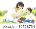 食事する親子 30728734
