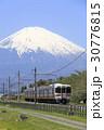 新緑の御殿場線と残雪の富士山 30776815