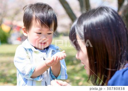 母親からもらった食べ物を食べる男の子 30780838
