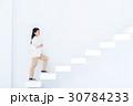 階段を上る若い女性 30784233