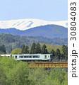 新緑の磐越西線と残雪の飯豊連峰 30804083