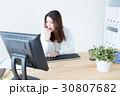 デスクワーク オフィスワーク ビジネスウーマンの写真 30807682