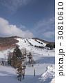 雪深く、穏やかな冬の長野県志賀高原スキー場 30810610