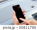 スマホ スマートフォン 手元の写真 30811790