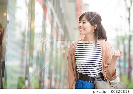 銀座で買い物する若い女性 30829813